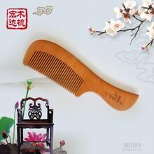 精品桃木梳多种用途是居家生活的必需品图片